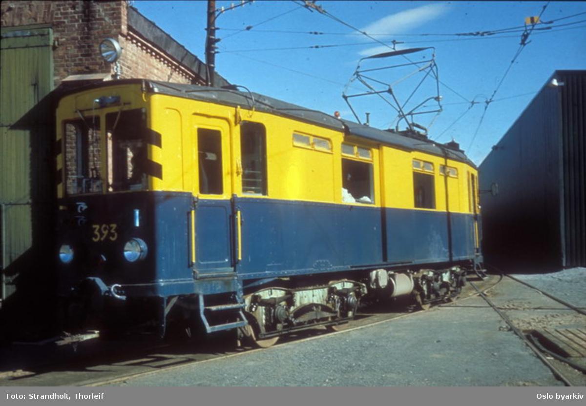 Oslo Sporveier. Trikk arbeidsvogn motorvogn type A nr. 393 (tidligere A-vogn nr. 3 (bygget 1924) på Lilleaker-Østensjøbanen, ombygget til arbeidsvogn nr 43 i 1946). Utenfor Avløs vognhall. Står idag på Sporveismuseet.