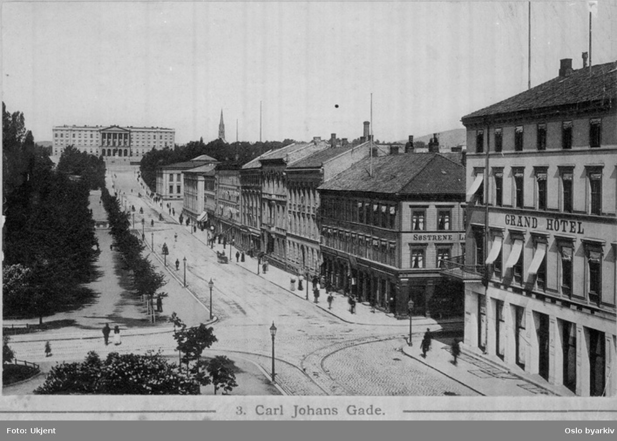 Karl Johans gate fra Grand Hotel til Slottet. Eidsvolls plass, Søstrene Larsens privathotel ved hjørnet mot Rosenkrantz' gate (ny forretningsgård oppført her 1899), spaserende. Postkort 3.