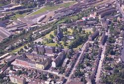Vålerenga kirke, med Vålerenga skole foran. Danmarks gate og