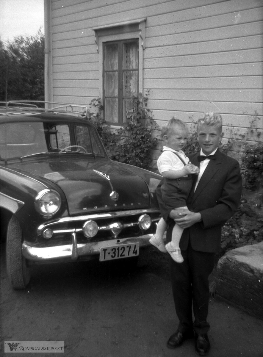 Frank Romuld og Onkelen Kjell Ivar Stokke..Bilen med reg nr T-31274 er en Moskwich ca. 1960-modell. Grillen var inspirert av amerikansk Ford 1952-54.
