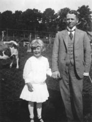 """Bodil med faren Oscar Hanssen ved Gørvellmarka /Sandveien."""