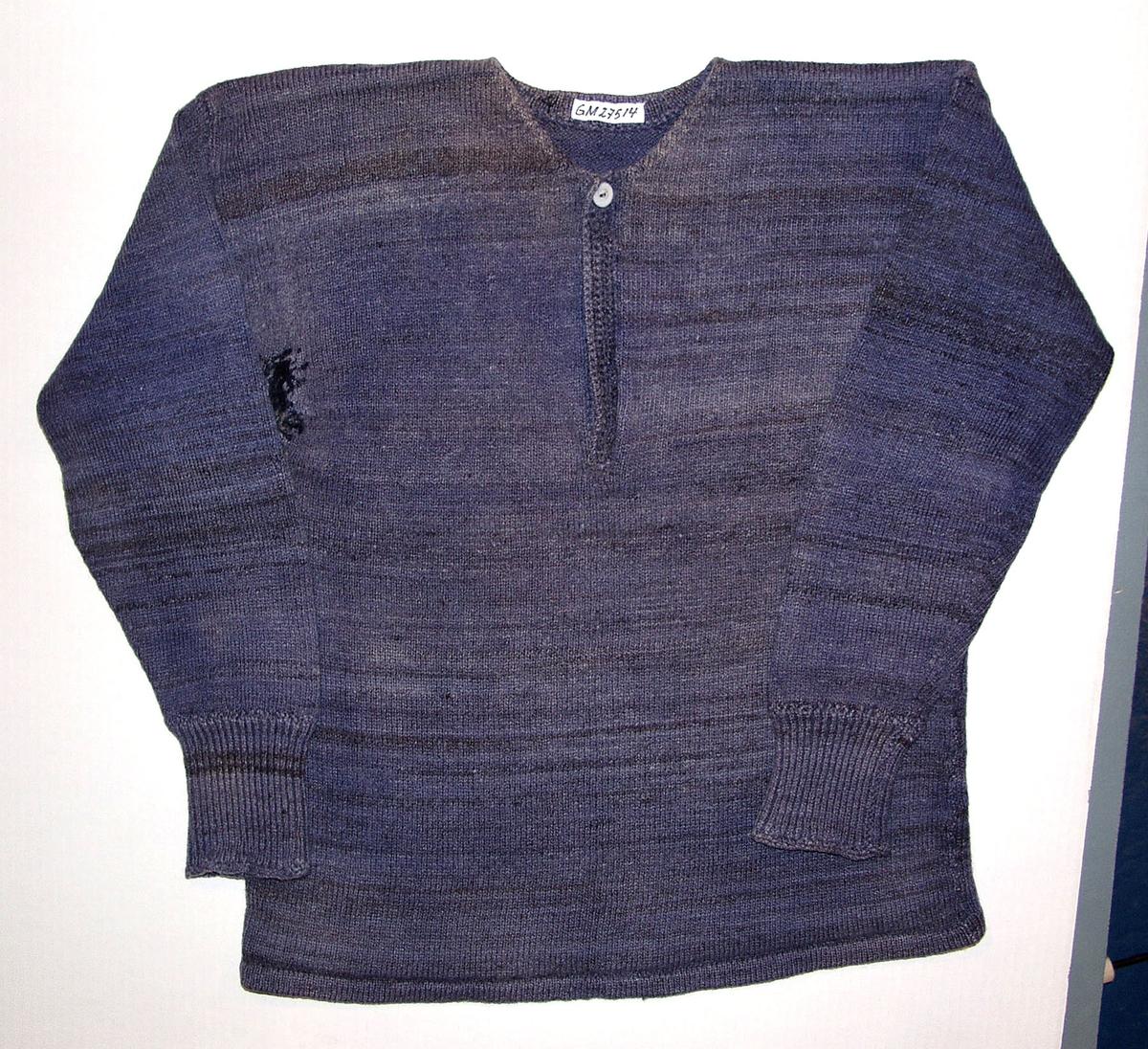 Form: Primærsnitt med kalsplitt med knapper. Peder var Onkel til Oddvar.Peder var plaget av gikt,og brukte mye ull undertøy.