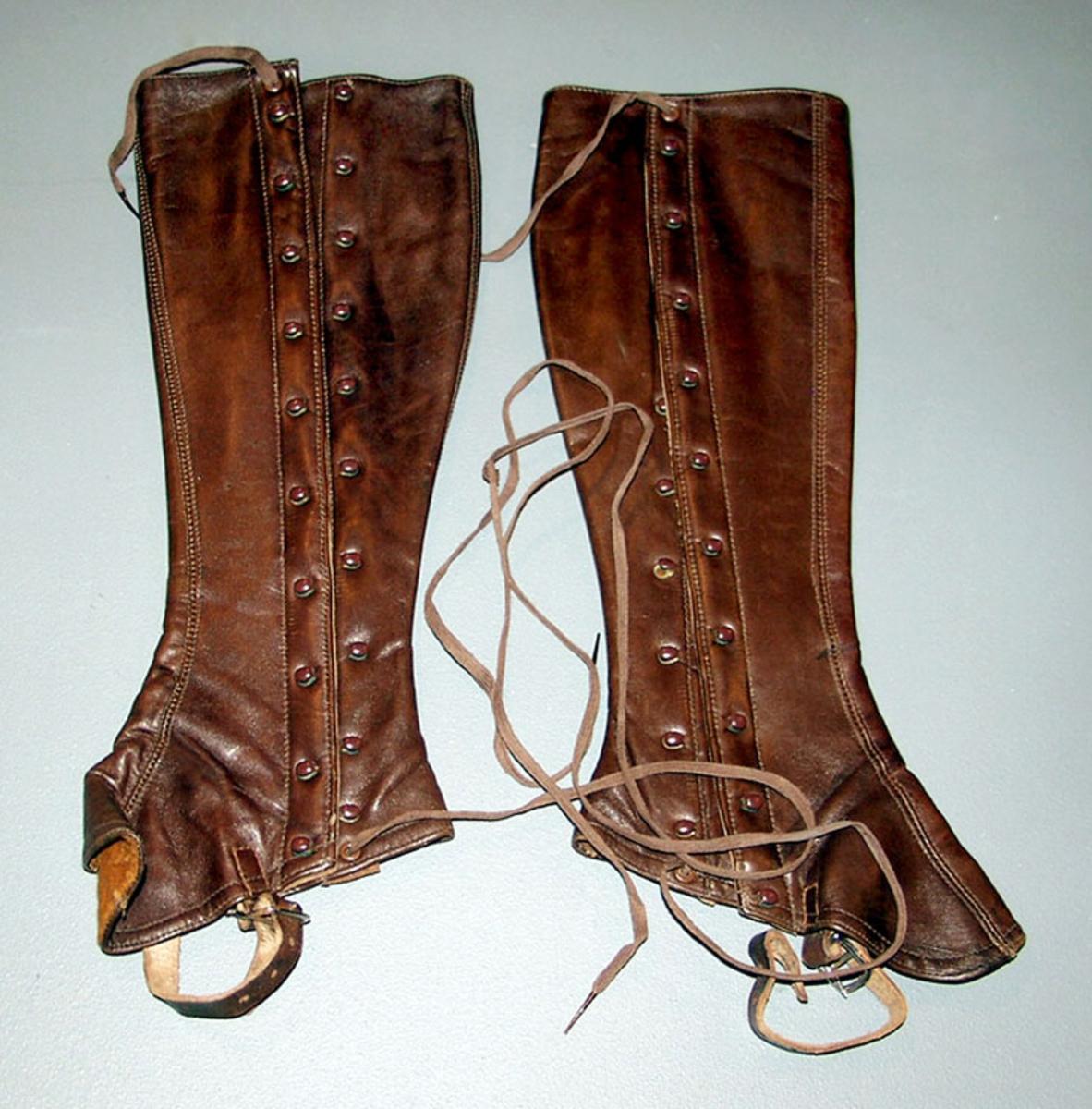 Form: Hekter med snøring, fotrem under foten med spenne