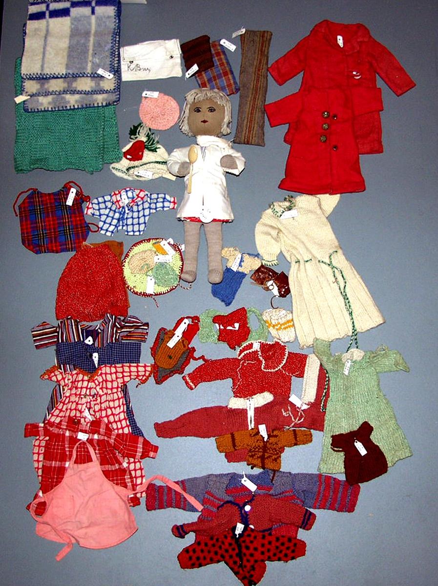 Dukkeklær (dokkeklær).  Havard Bru`s samlinger.  Diverse dukkeklær i forskjellige teknikker, sydd-strikket. En tøy dukke.  Numrene fra GM27687 til 27703.