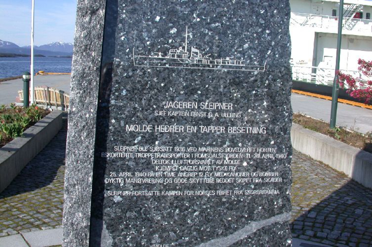 Polert avsmalet i høyden med inngravering på hver av sidene for : -MRF -jageren sleipner -Romsdalsfjord sjøforsvarsavsnitt -Romsdalsfjordens flygruppe
