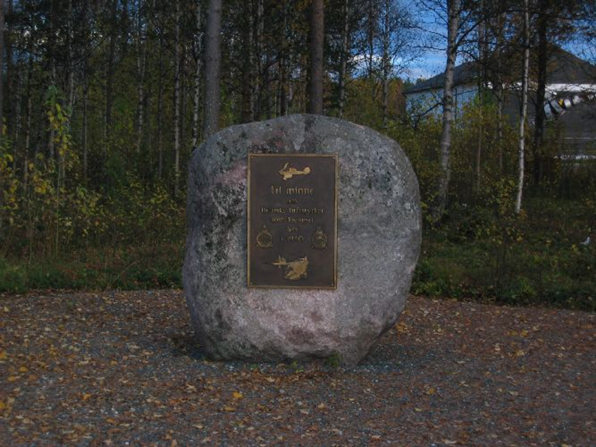 Stor rund stein, med minnetavle.