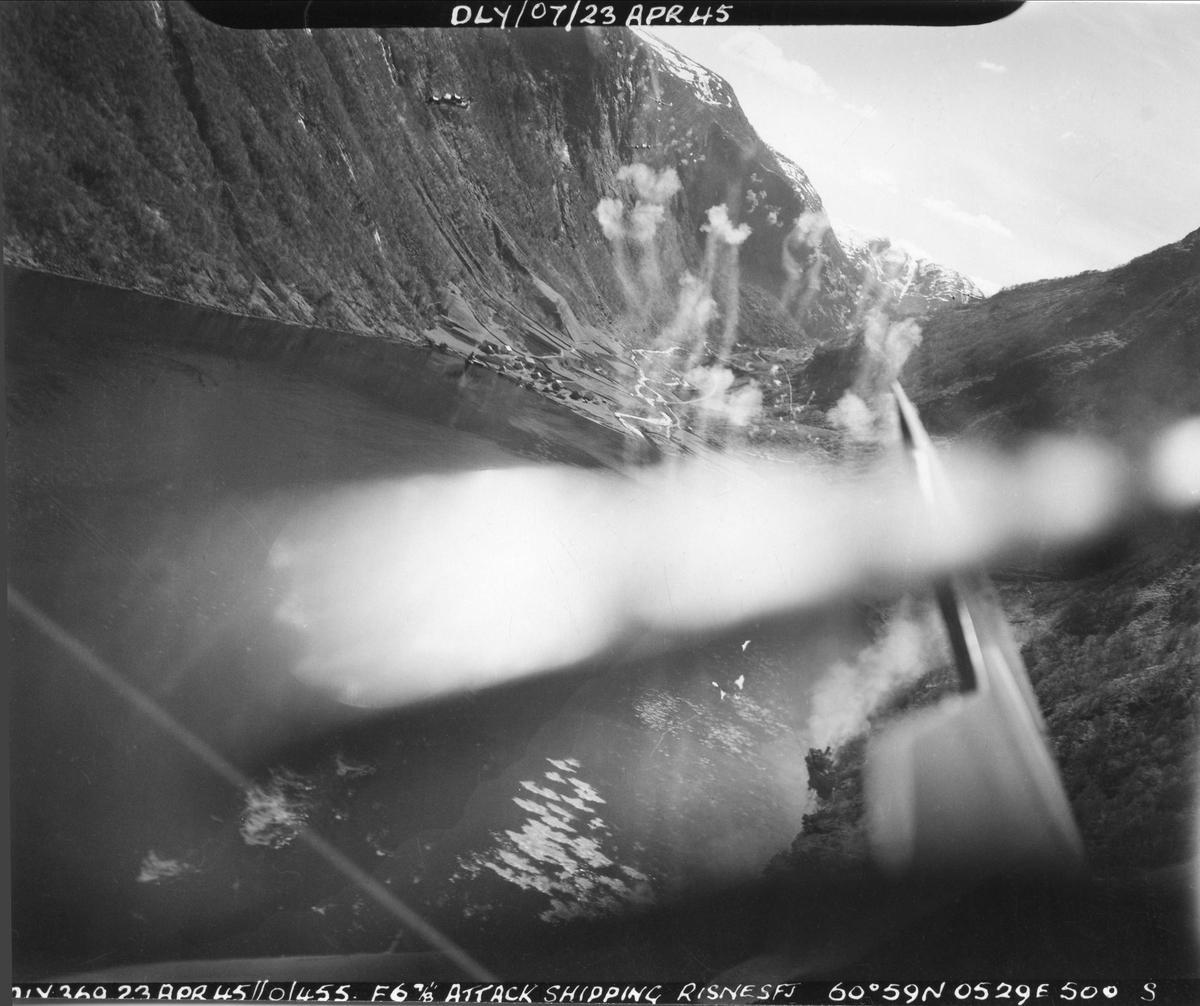 Fly fra 144 skvadronen angriper skip i Risnesfjord, 23. april 1945.