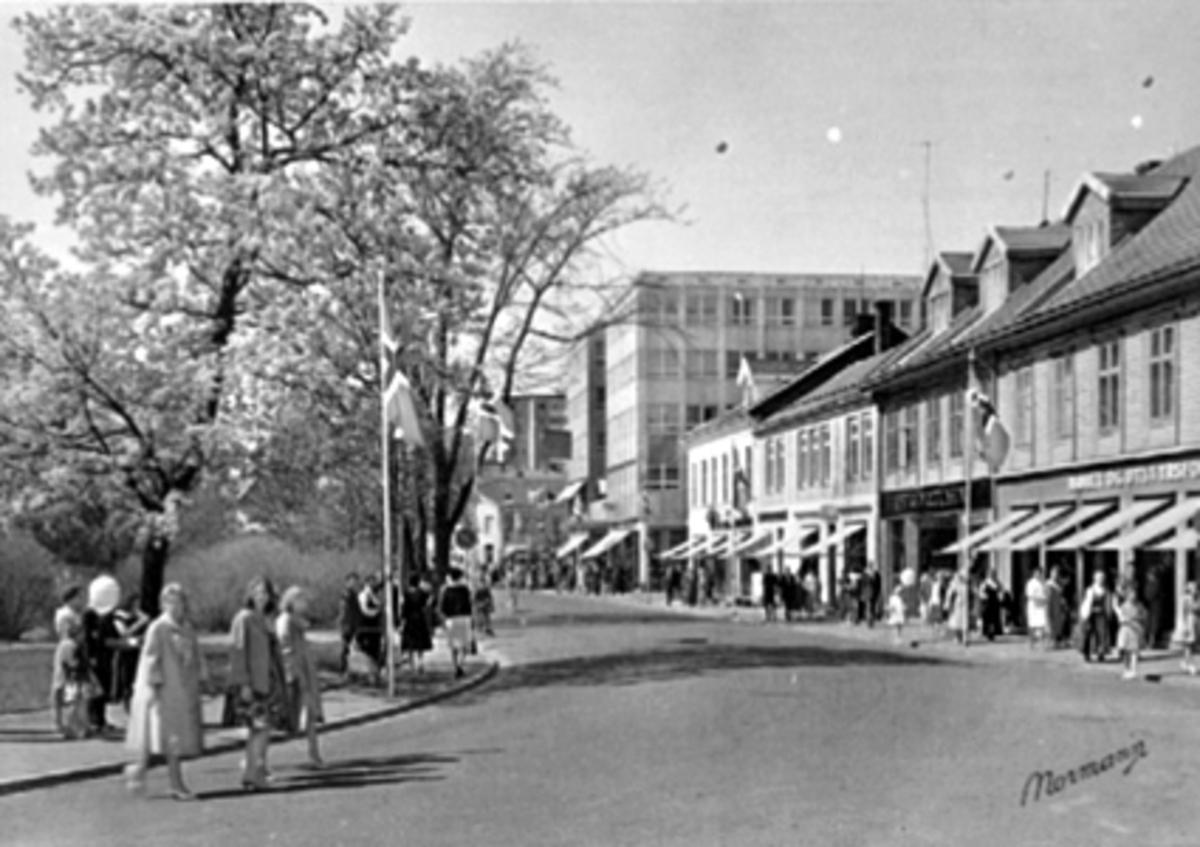 FESTKLEDDE FOLK VENTER PÅ 17 MAI TOGET VED STRANDGATA 61, A. STEEN