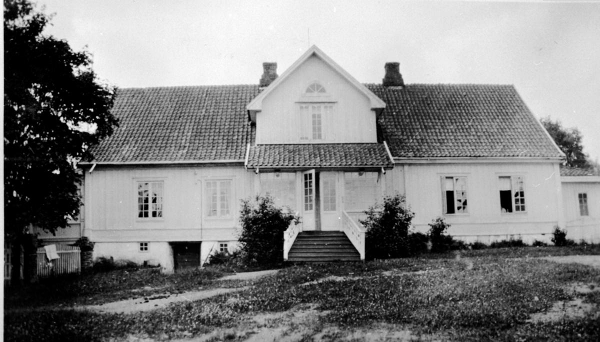 Hovedbygningen på Eik, Helgøya med inngangen mot inntunet.