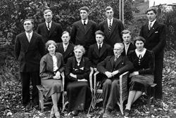 FAMILIEGRUPPE SUNDHEIM I TORUD, FORAN F. V. KRISTINE F. 1899