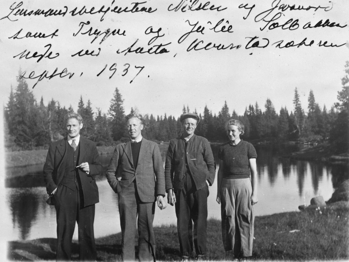 Lensmannsbetjent Nielsen og Lensmannsbetjent Jevanord, Trygve og Julie Solbakken. Trygve og Julie var jakt og fiskeoppsyn i Philske Almenning og bodde fast på Kvarstadsetra i Åstadalen.