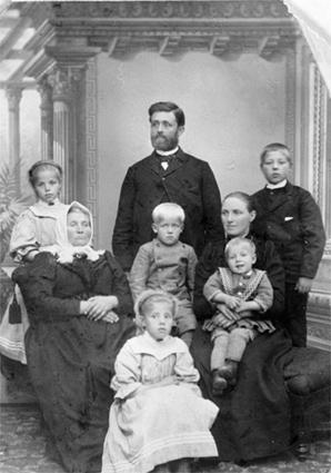 GR: 8, FAMILIEN IMSET, FRA V. BAK:EMILIE, SITTENDE:ELINE, KRISTIAN, OLINE M/ASBJØRN PÅ FANGET, FORAN: MALMFRID, I MIDT: OLE, OTTAR, LØTEN.