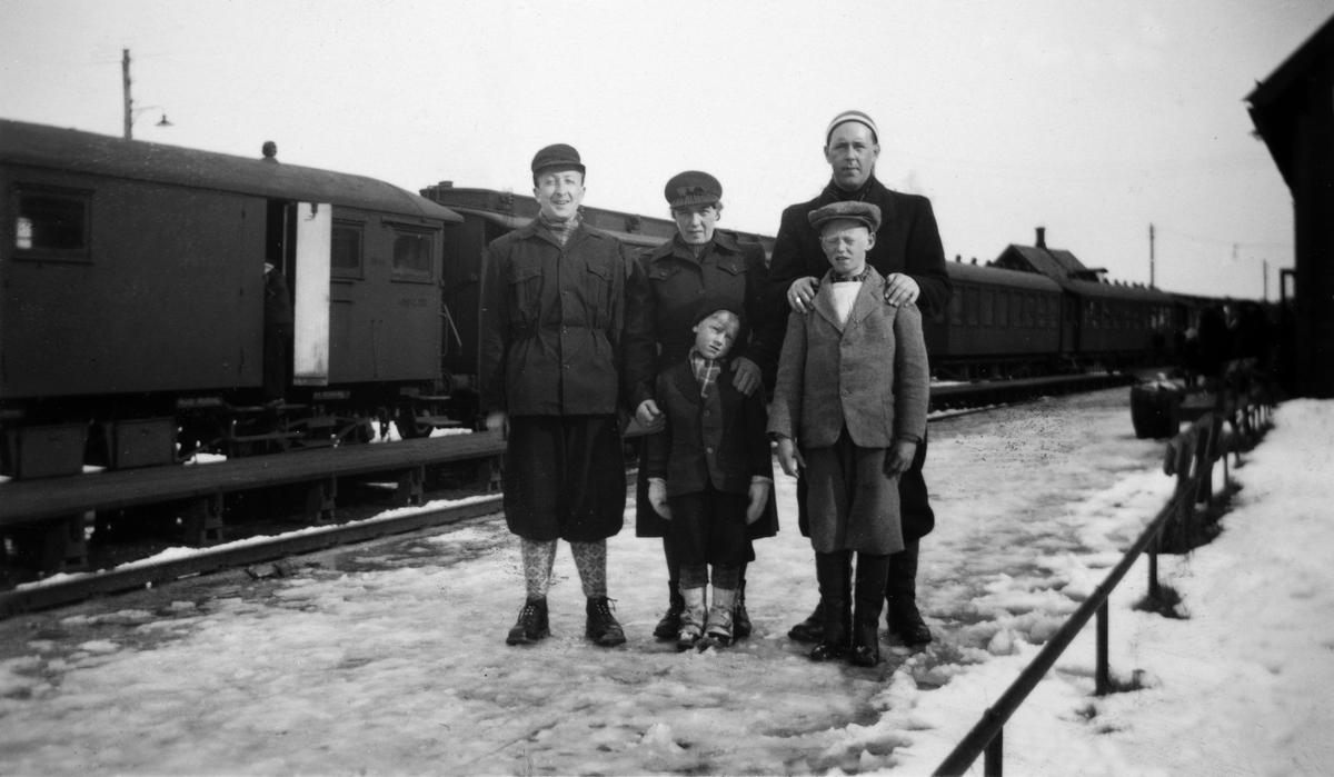 Espa jernbanestasjon 1945 eller1946. Guttene på bildet har møtt opp på stasjonen for å møte påskegjester fra Oslo. Foran f. v. Kjell Tillmers f. 1940 og broren Arne Østby f. 1935. Bak f. v. Per Haugen, Harriet Gullin og Erik Gullin. De to guttene er kommet fra Solbakken.