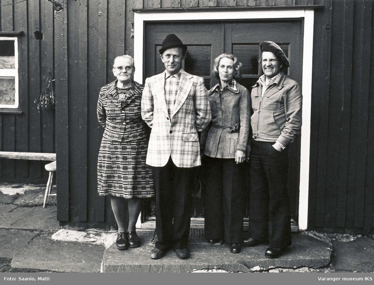 Ida og Alf Tuomainen med ekteparet Tyyne og Ensio Seppänen utenfor Tuomainengården 1977