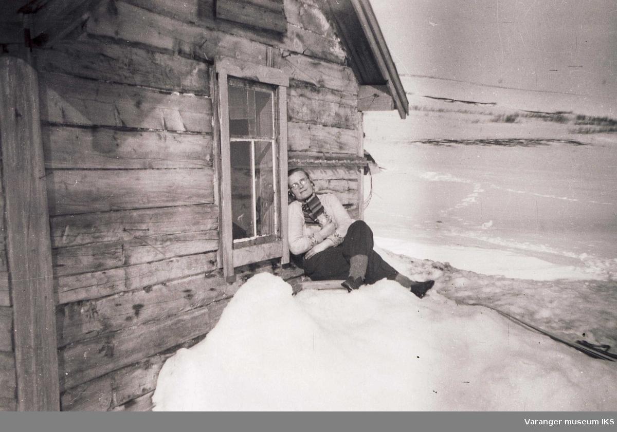 Ida Tuomainen etter skitur ved hytteveggen på Viinikkahytta. Ca 1950-tallet