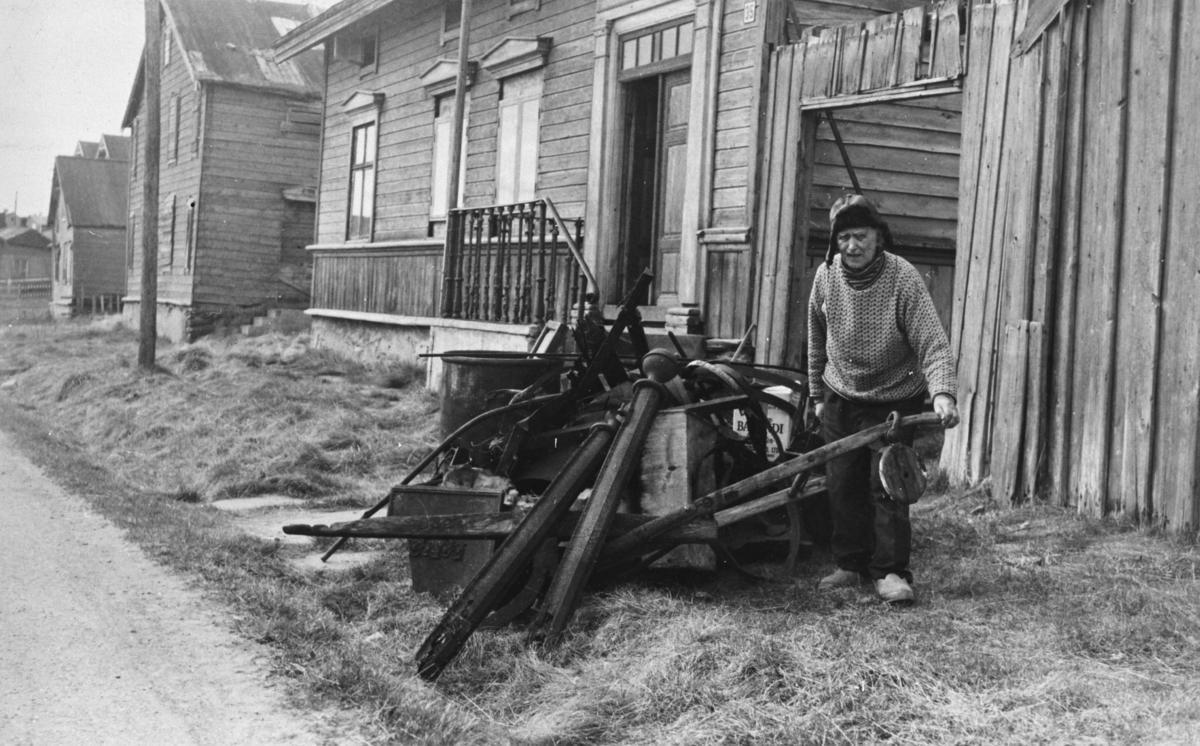 Konrad Hallonen med skrot, utenfor Hallonengården.