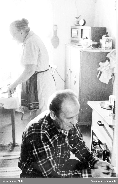 Ida og Alf Tuomainen på kjøkkenet i 1977