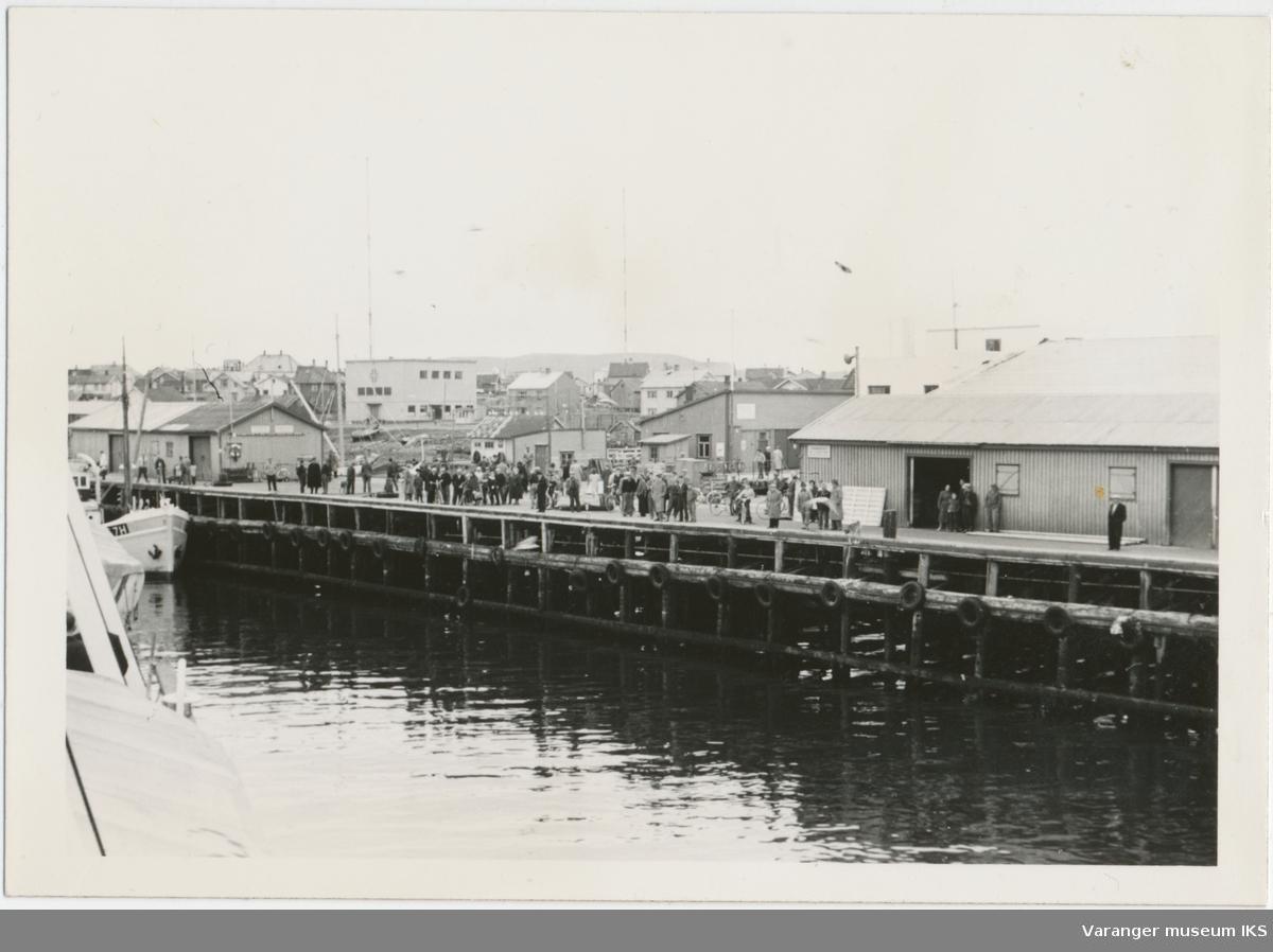 Folkemengde på Dampskipskaia, ca. 1957