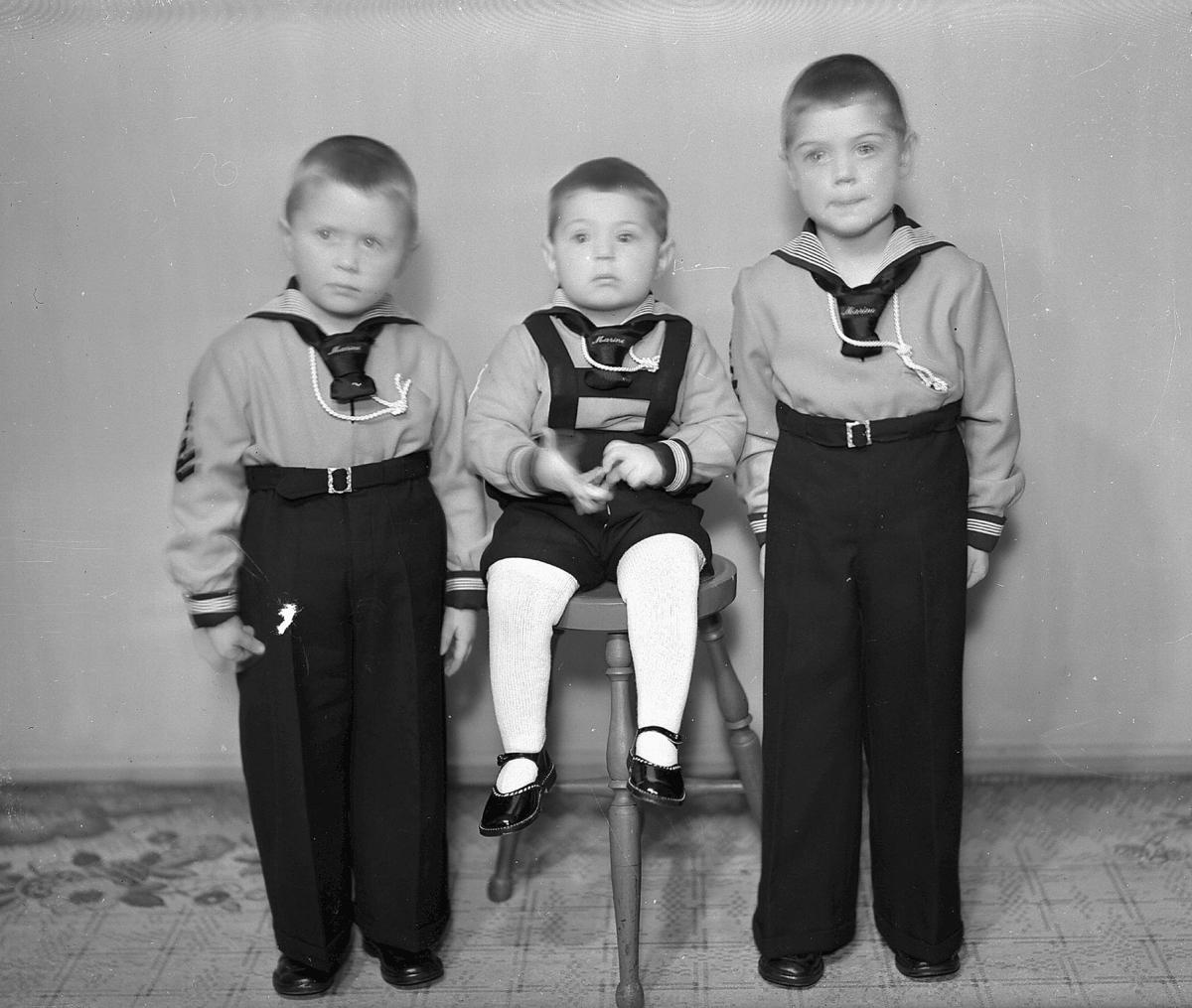 3 barn i matrosklær