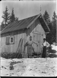 HYTTE, Solås. To menn gjør seg klar for skitur. Hytta til O