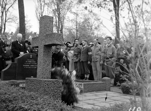 FREDSDAGENE I HAMAR, MAI 1945, MINNESTUND PÅ GRAVLUNDEN, MILITÆR ÆRESVAKT. FLERE FRA HAMAR MISTET LIVET UNDER KRIGSHANDLINGENE, MEN PÅ GRUNN AV DEN VANSKELIGE SITUASJONEN UNDER KRIGEN FOREGIKK JORDFESTELSEN I STILLHET. FØRST ETTER FREDEN BLE DET ARRANGERT MINNEHØYTIDLIGHETER MED MANGE FRAMMØTTE OG ÆRESBEVISNINGER. MORGENEN 17. MAI 1945 BLE DET HOLDT MINNESTUND FOR DE FALNE PÅ HAMAR KIRKEGÅRD. BYINGENIØR GUNLEIK RASCH-HALVORSEN HOLDT MINNETALE FOR DE NORSKE FALNE OG FOR DE FEM ENGELSKE SOLDATENE SOM VAR GRAVLAGT PÅ HAMAR. PÅ BILDET LEGGER RASCH-HALVORSEN NED KRANS. MANNEN I SVART DRESS ER KLOKKER OG LÆRER ANDREAS NYSETH, MENS KÅRE HOV MED REVOLVERBELTE (MIDT PÅ BILDET) VAR BLANT DEM SOM REPRESENTERTE MOTSTANDSBEVEGELSEN. SE HAMARBOKA 2 SIDE 184, TEKST BJØRN BÆKKELUND.