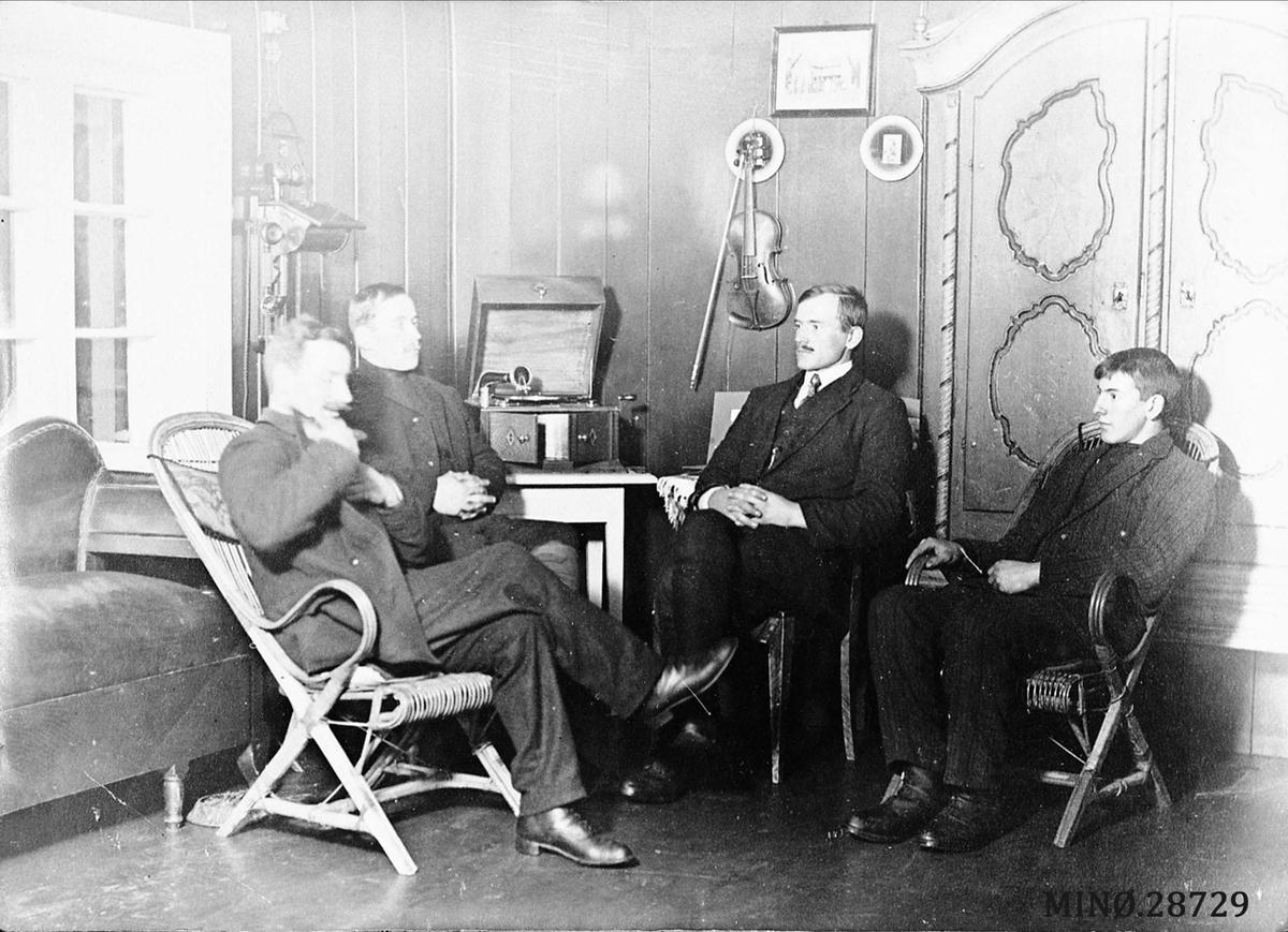 Fire unge menn rundt en sveivegrammofon