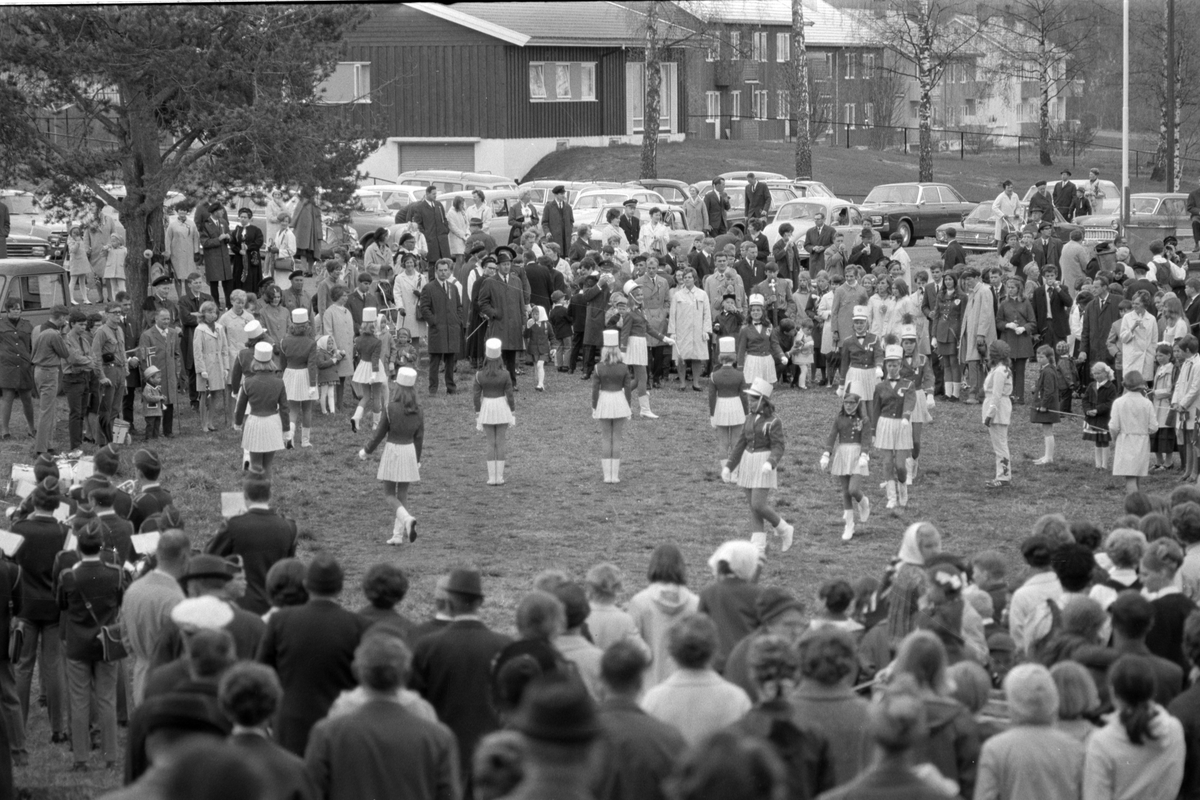 17. mai feiring i Brumunddal. Barnetoget. 1969. Samling i Husebyparken etter skoletoget. Drilljenter fra Brumunddal Jente og Guttemusikkorps