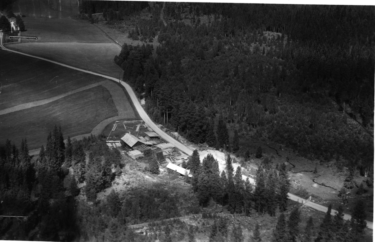 Skavhaugen sagbruk (Gnr 136/1) i Julussdalen. Lå ved gardsvegen til Skavhaugen, ca 400 meter sør for gården. Skavhaugen skimtes i øvre venstre hjørne.
