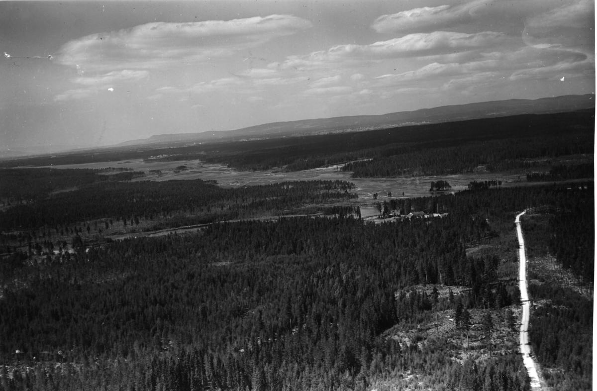 Rokosjøen i Løten fra sørøst. Østre Skogbygdveg langs høyre bildekant.