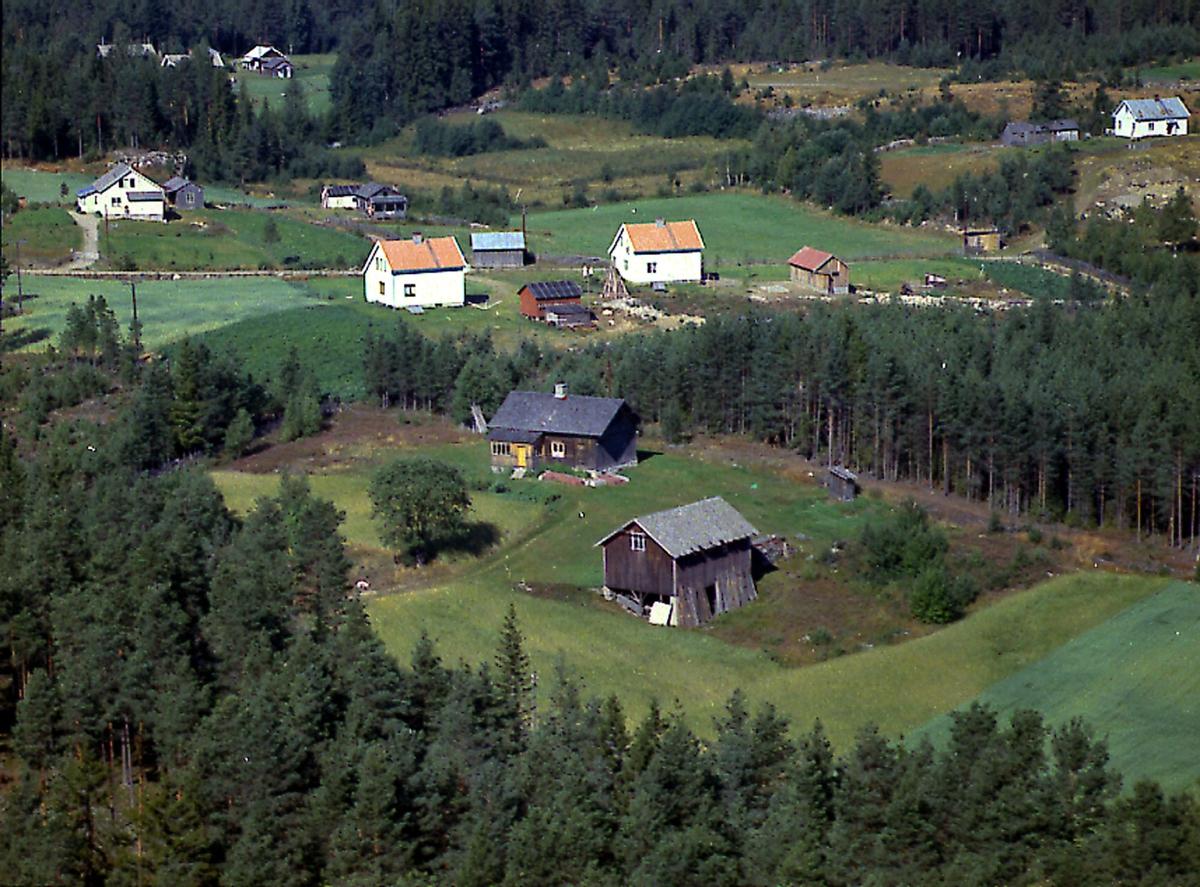 Grønvold (Gnr 55/27) i Hogstadgrenda (Heradsbygda). Adresse Nøtåsvegen 292. Hvitt hus bak til venstre er Nordli (Gnr 39/69). De to hvite husene midt i bildet er til venstre Bakketun (Gnr 39/80) og til høyre Furuheim (Gnr 39/79). Helt øverst til høyre ser vi Enerhaugen (Gnr 39/56)