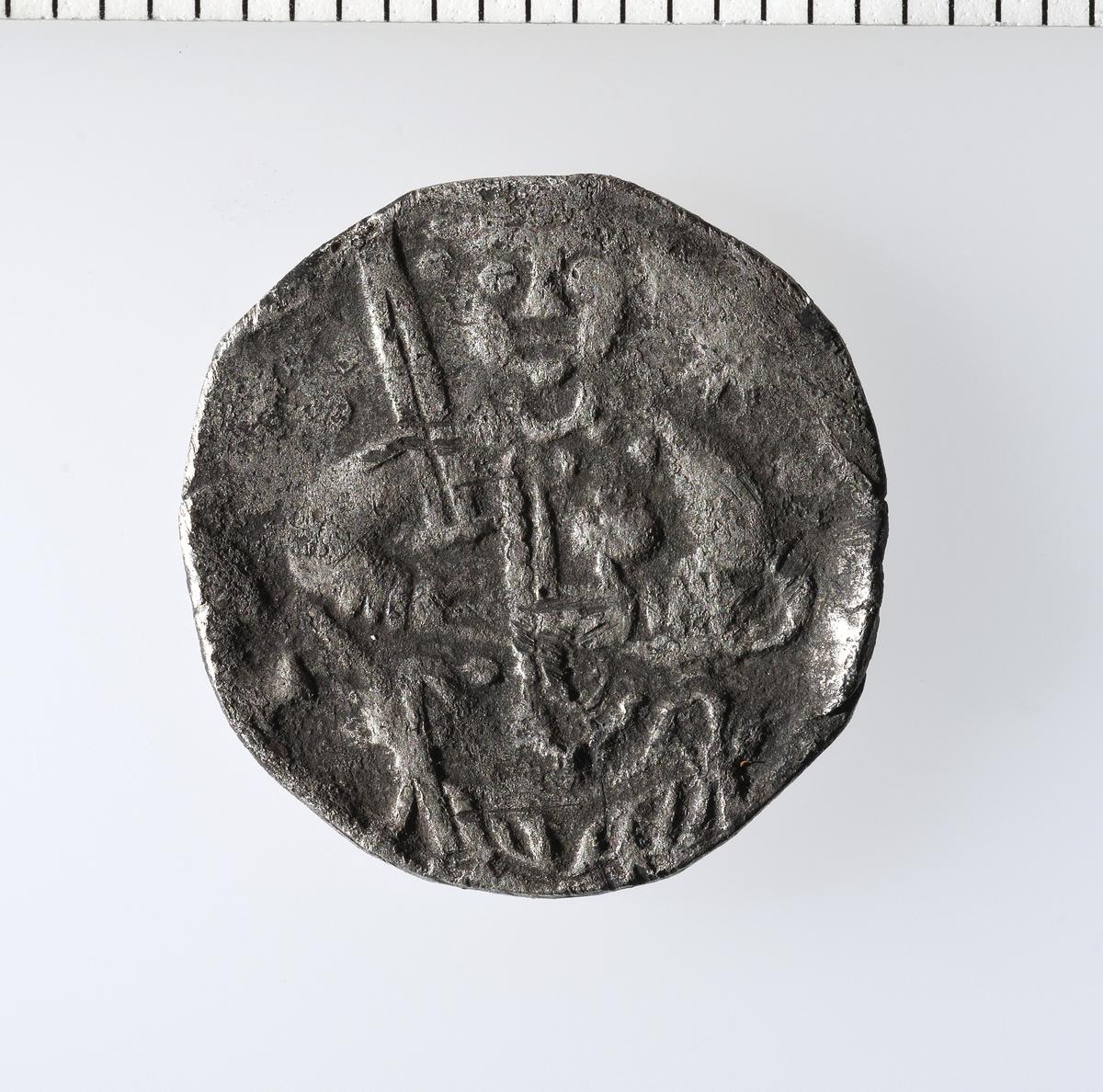 Advers: I midtfeltet, tempel. Omskrift. Revers: I midtfeltet, kors med perlering. I korsvinklene er skrevet PI LI GR IM. (erkebiskop Piligrim, som sammen med Conrad 2. var myntherre for denne denaren) Omskrift.