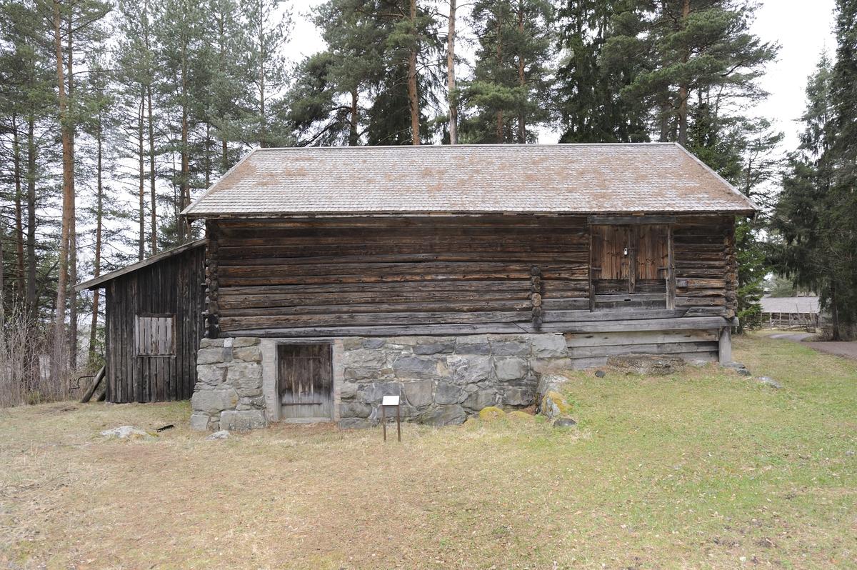 Låve og fjøs under et tak. Fjøset er murt opp av stein og ligger under låven. Ved siden av fjøset er det en laftet underetasje med to små rom med hver sin inngang fra gavlveggen. Det ene var hønsehus og det andre var trolig brukt til et par sauer. Over fjøset er låven med treskegulv og gulv for oppbevaring av for. Låvedelen er av laftet tømmer. Bygningen har saltak med flis. I vest er det bygd til en vedskåle og utedo i reisverk med panel. I tilbygget er det en åpning med lem forran i andre etasje mot syd. Bygningen har brannalarm med varsling direkte til brannvesen.