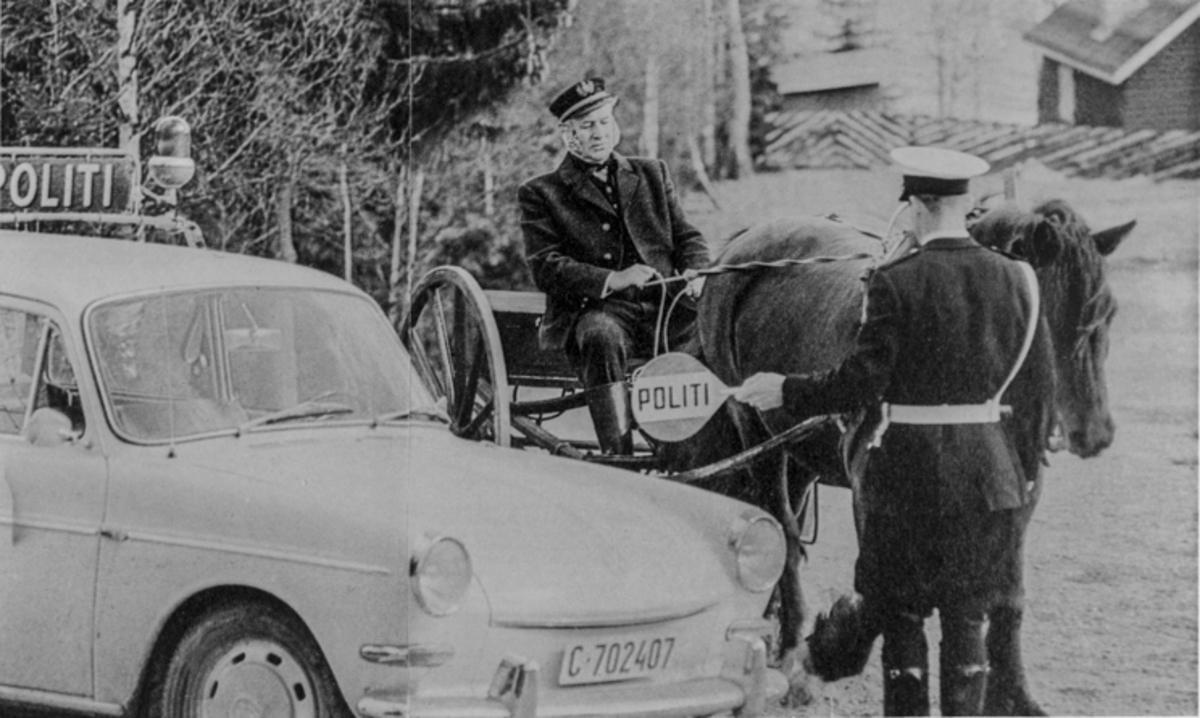 Politi stanser mann med hest og kjerre.
