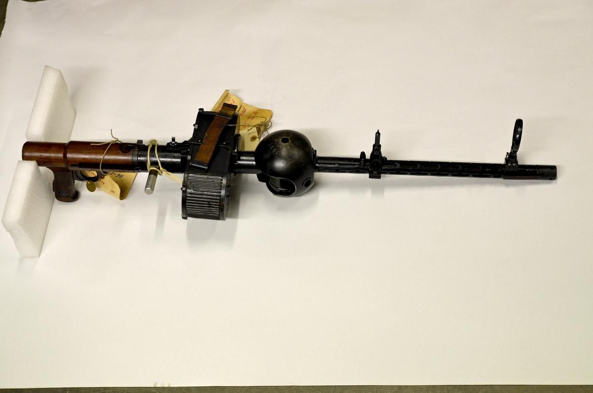 Eldhandvapen Kulspruta MG-15 8mm. Kulsprutepistol med sadelmagasin.