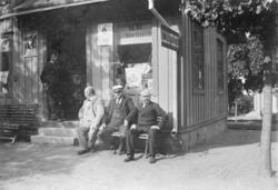 Exteriör av Janssons cigarraffär i Malmslätt omkring