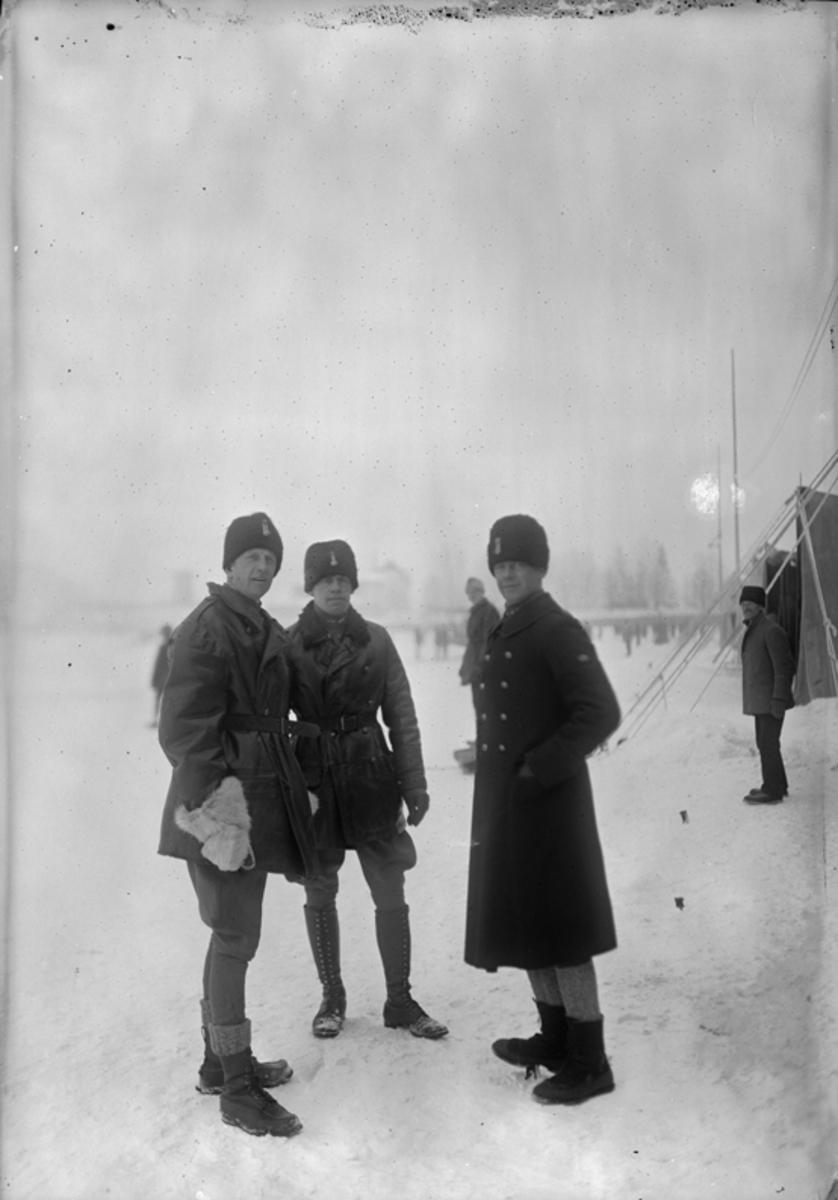Porträtt av tre militärer, vintertid.