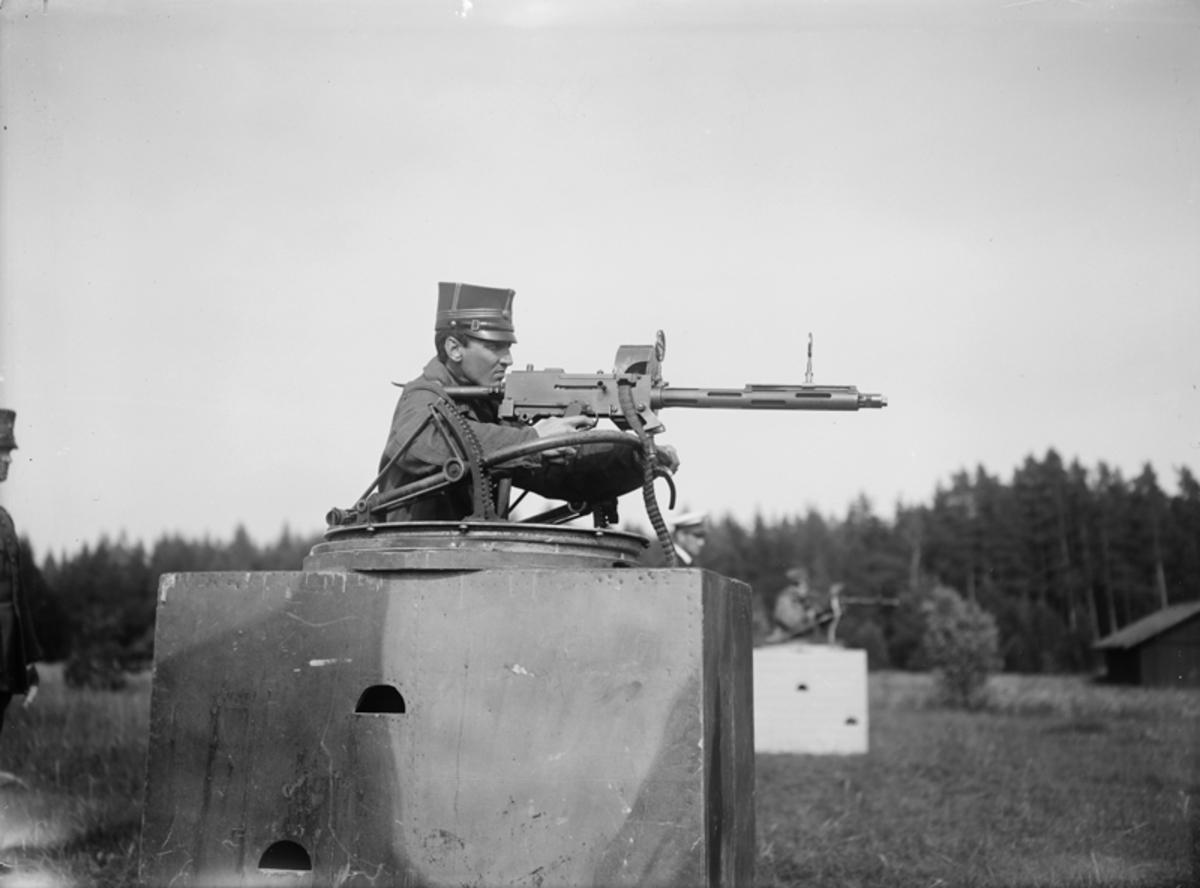 Övning. Skjutning med kulspruta mot måltavla på F 3 Malmen.  Man vid kulspruta.