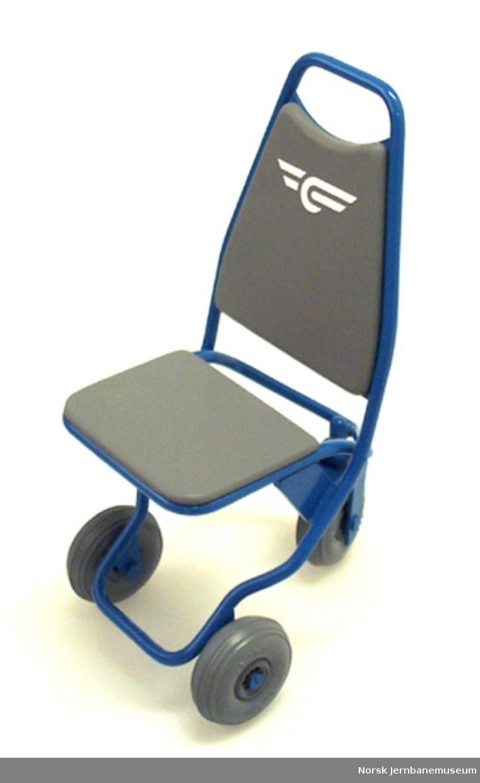 Modell av enkel rullestol med tre hjul og NSB-logo
