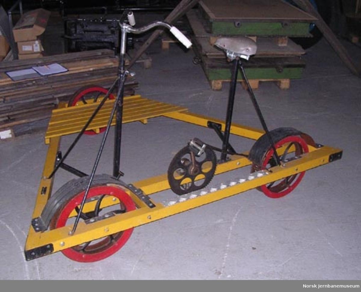 Inspeksjonstralle for normalspor : sykkeldresin med treramme og lamellhjul, NSB nr. 30-33-0538
