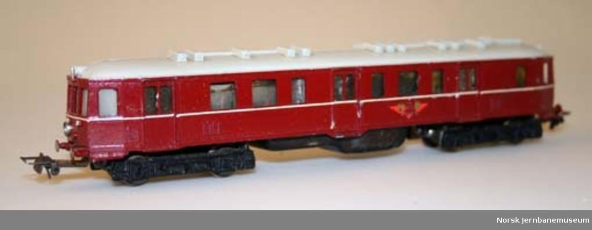 Modelltogsett med dieselmotorvogn, tre godsvogner, personvogn, skinner og transformator