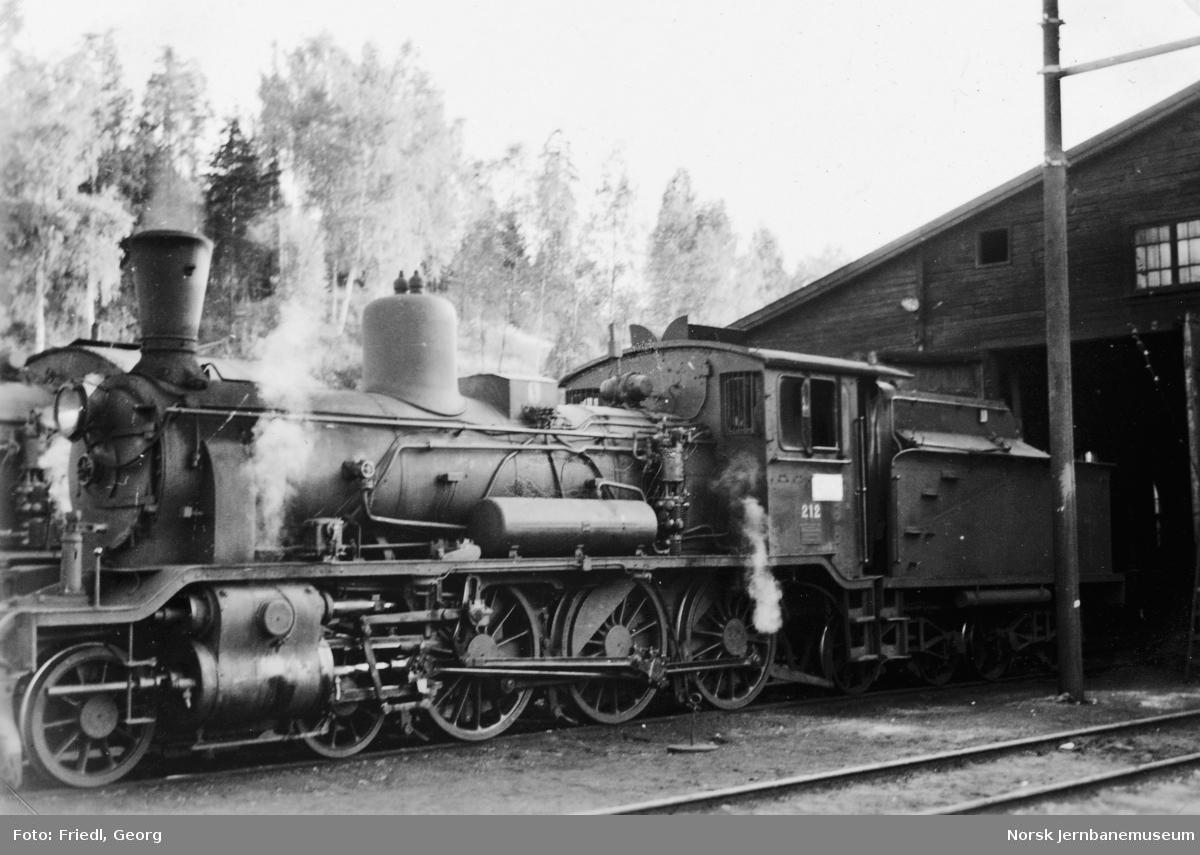 Damplokomotiv type 18c nr. 212 på Hønefoss stasjon