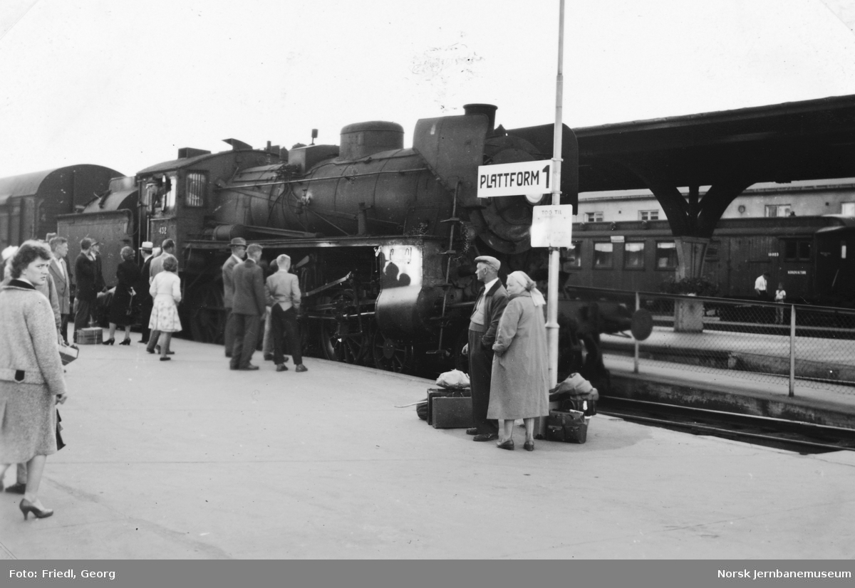 Damplokomotiv type 26c nr. 432 foran Rørosbanens dagtog 302 på Trondheim stasjon