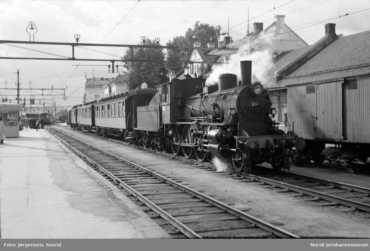 NSB damplok type 27a nr. 297 foran persontog på Hamar stasjon