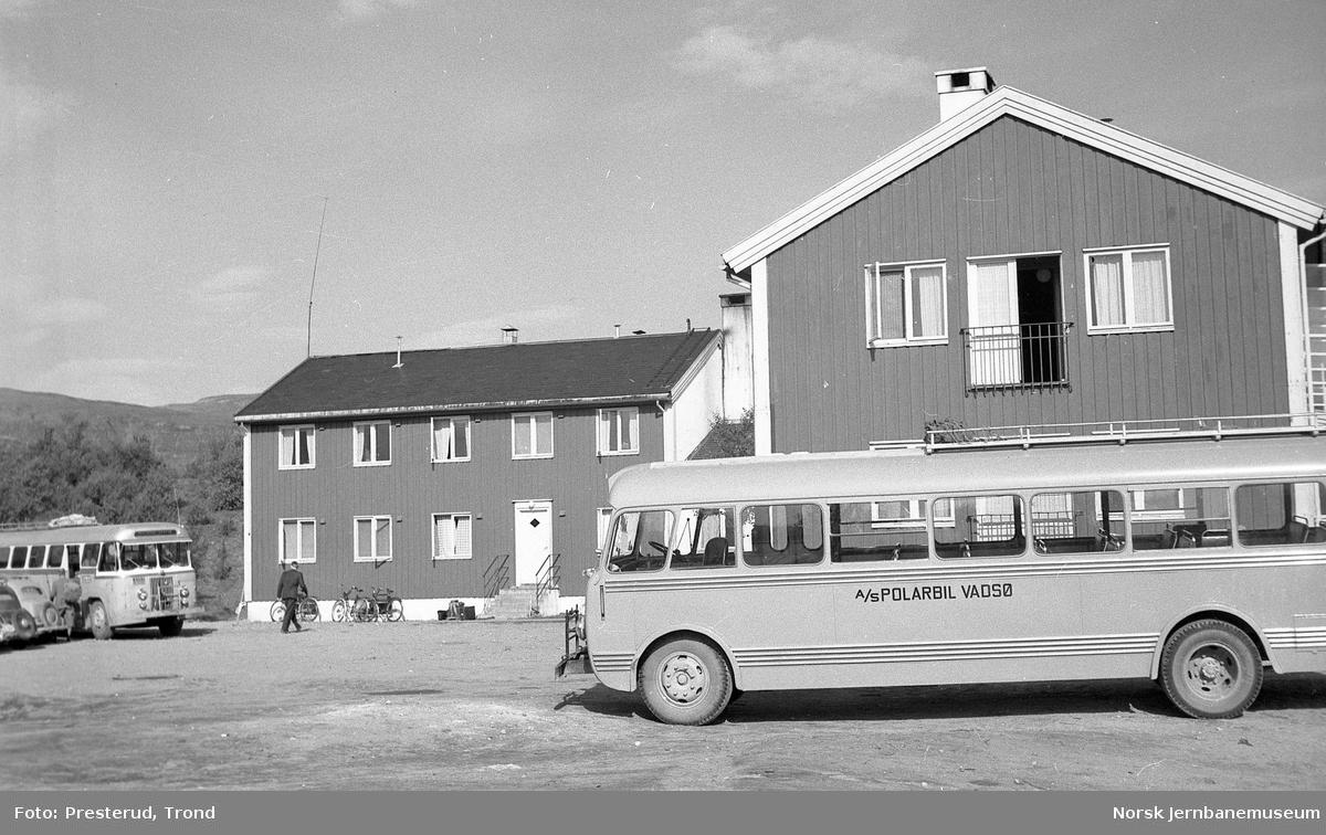 Nord-Norge-bussen - en buss fra Polarbil Y-2100 - ved Lakselv gjestgiveri