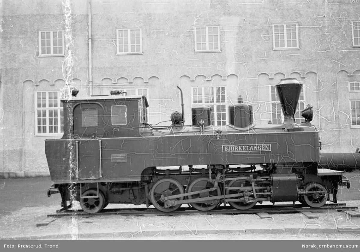 """Damplokomotiv type XXIXa nr. 5 """"Bjørkelangen"""" utstilt på høyskolen i Trondheim"""