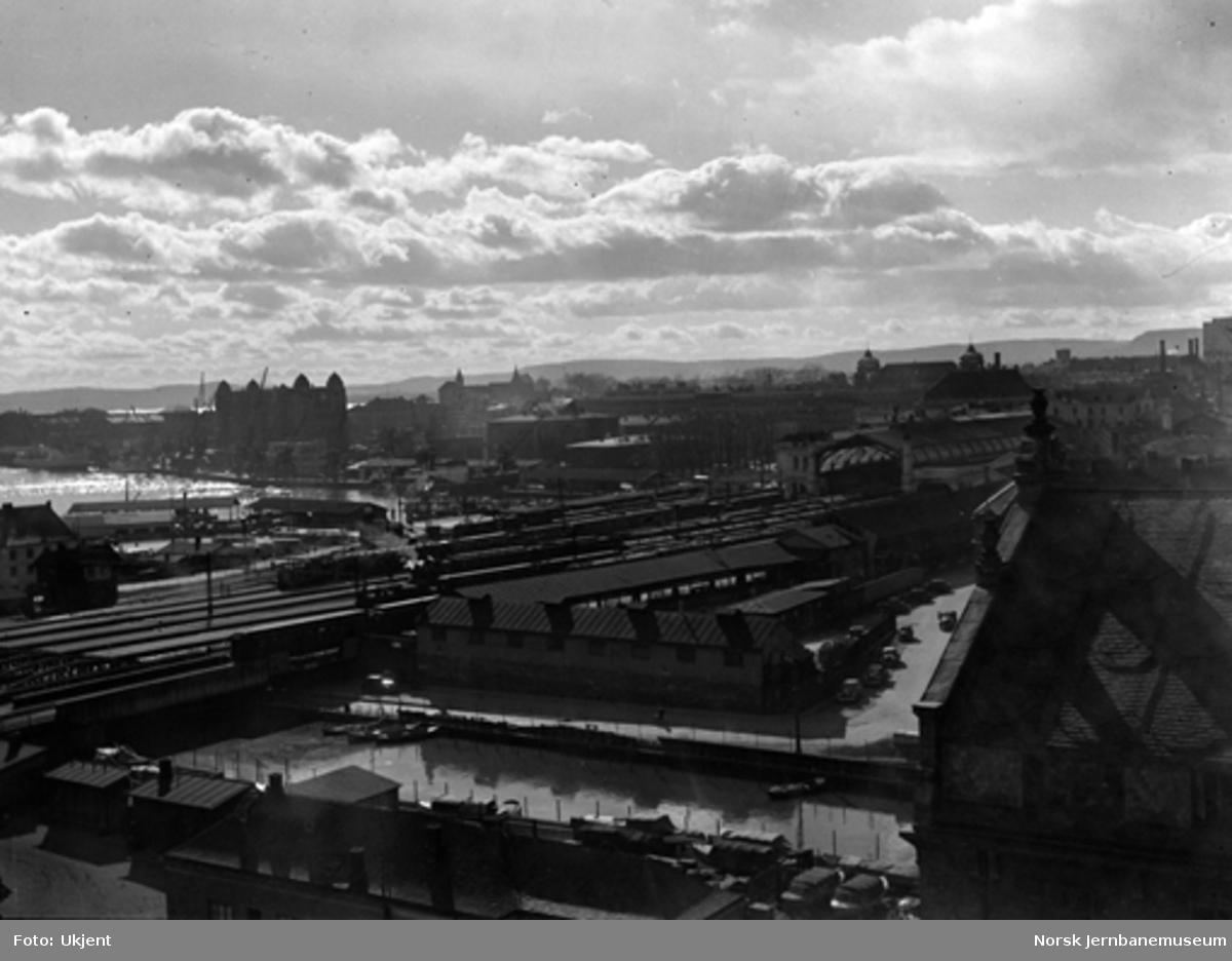 Oversiktsbilde over Oslo Ø, fotografert fra taket av en bygård nordøst for stasjonen