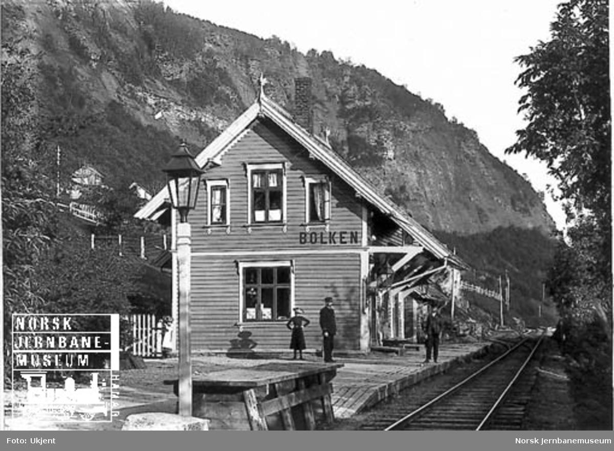 Bulken stasjon med stasjonsmesteren og to andre på plattformen