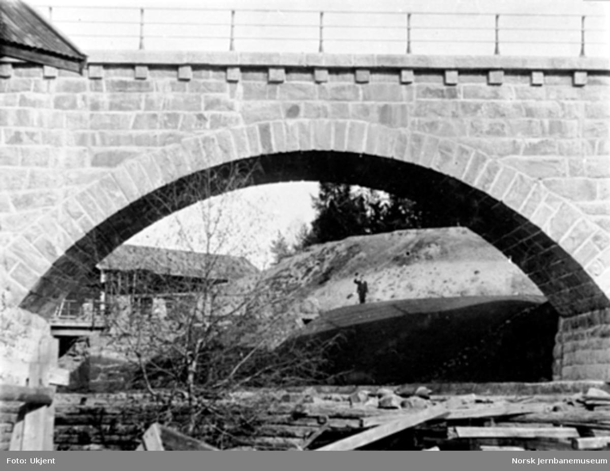 Nærbilde av steinhvelvet på Jømna bru