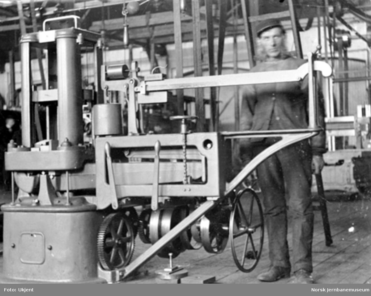 Prøvemaskin i Trondheim verksted