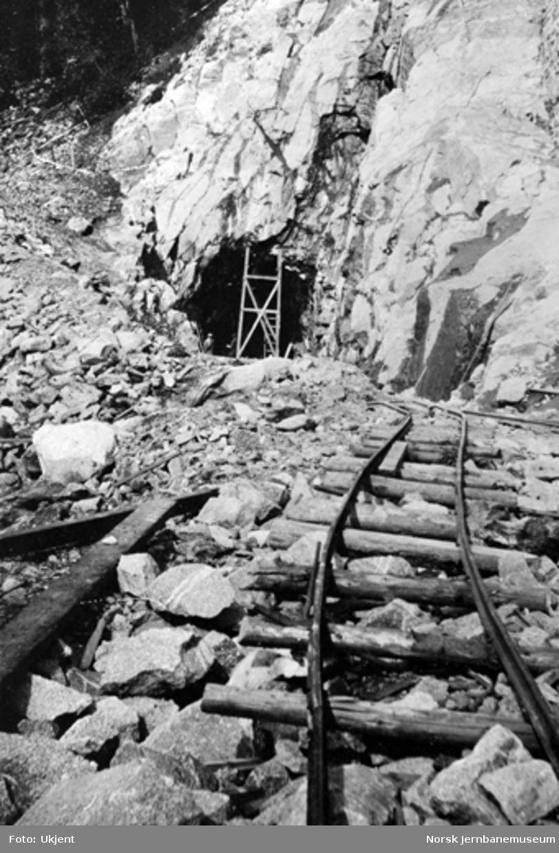 Søndre innslag til Bergsund tunnel med forstøtningsmur i høyre bildekant